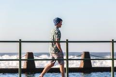 Tonåring som går tidvattens- pölhavvågor Royaltyfri Bild