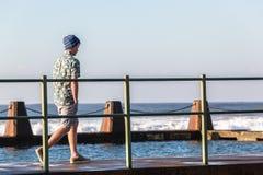 Tonåring som går tidvattens- pölhavvågor Royaltyfria Bilder