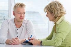Tonåring som har en terapiperiod Arkivbild