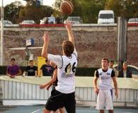 Tonåring som kastar basketen Arkivbilder