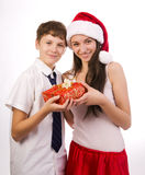 Tonåring som mottar en gåva Arkivbilder