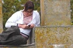 tonåring som texting Royaltyfri Bild