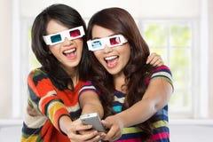 Tonåring som två håller ögonen på filmen Arkivfoto