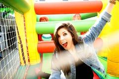 Tonåring som tycker om uppblåsbar arkivfoton