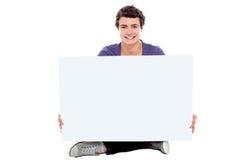Tonåring som visar den blanka vita affischtavlan till kameran Royaltyfri Fotografi