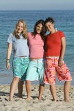 tonåringar för strandgruppskjortor t Royaltyfri Bild
