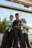 Tonåringar från den traditionella serbiska musikbandet som poserar med trumpeter arkivbild
