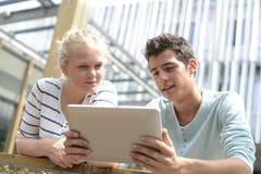 Tonåringar i skolauniversitetsområde Arkivbilder