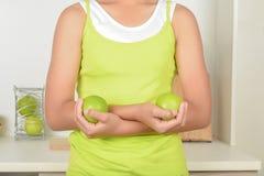 Tonåringar med äpplen och hälsa royaltyfri bild