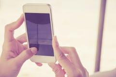 Tonåringar med den mobila telefonen Royaltyfria Foton