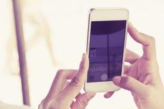 Tonåringar med den mobila telefonen Arkivfoton
