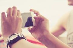 Tonåringar med den mobila telefonen Arkivbilder
