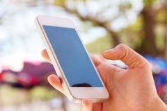 Tonåringar med den mobila telefonen Arkivfoto