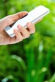 Tonåringar med den mobila telefonen Arkivbild