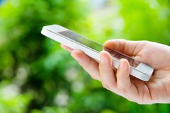 Tonåringar med den mobila telefonen Royaltyfria Bilder