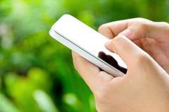 Tonåringar med den mobila telefonen Fotografering för Bildbyråer