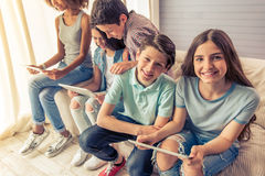 Tonåringar med hemmastadda grejer arkivfoton