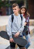 Tonåringar med skateboarder utomhus Arkivbilder