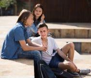 Tonåringar meddelar i schoolyard royaltyfri bild