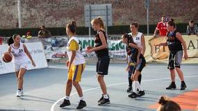 Tonåringar på basketdomstolen Royaltyfri Bild