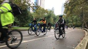 Tonåringar på Citi cyklar i NYC stock video