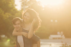 Tonåringar parkerar in på solnedgången arkivfoton