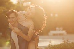 Tonåringar parkerar in på solnedgången fotografering för bildbyråer