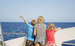 Tonåringar ser havet från fartygets däck Arkivbild