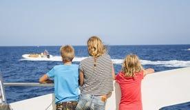 Tonåringar ser havet från fartygets däck Royaltyfri Bild