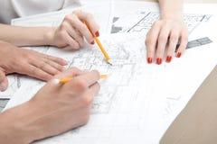 Tonåringar som arbetar på den projective teckningen Fotografering för Bildbyråer