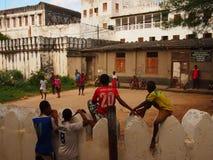 Tonåringar som håller ögonen på fotboll i Zanzibar Royaltyfria Foton