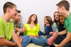 Tonåringar som har gyckel hemma Arkivbild