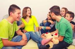 Tonåringar som har gyckel inomhus Royaltyfri Fotografi