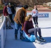 Tonåringar som har gyckel på isen Royaltyfri Foto