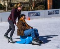 Tonåringar som har gyckel på isen Arkivfoton