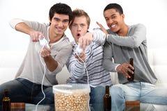Tonåringar som leker videospel. Arkivfoton