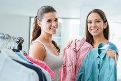 Tonåringar som shoppar på lagret royaltyfri fotografi