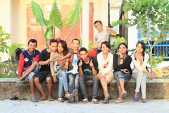 Tonåringar som sitter på räcke i Labuan Bajo Royaltyfria Foton