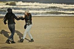 Tonåringar som spelar i stranden Royaltyfria Bilder