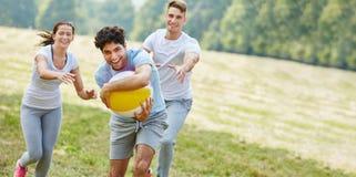 Tonåringar som spelar med bollen i sommar royaltyfri fotografi