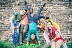 Tonåringar som tar selfie royaltyfri foto