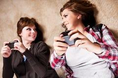 tonåringar som texting Arkivbild