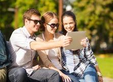 Tonåringar som utanför tar fotoet Arkivbilder