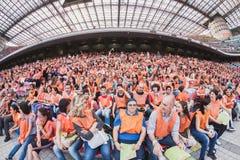 50 000 tonåringar tar delen i en religiös ceremoni på San Siro stadion i Milan, Italien Royaltyfri Foto