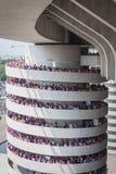 50 000 tonåringar tar delen i en religiös ceremoni på San Siro stadion i Milan, Italien Arkivfoton