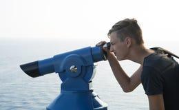 Tonåringbevakningar till och med teleskopet Fotografering för Bildbyråer