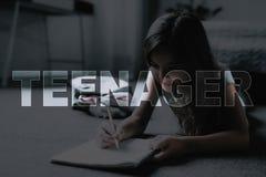 Tonåringbruksblyertspennor och anteckningsbok för att dra fotografering för bildbyråer