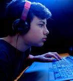 Tonåringdobbel på hans bärbar dator Arkivfoton