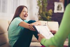 Tonåringen är lycklig efter en lyckad terapi av psykologen royaltyfri fotografi