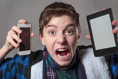 Tonåringen får galen med digitalt massmedia arkivfoton